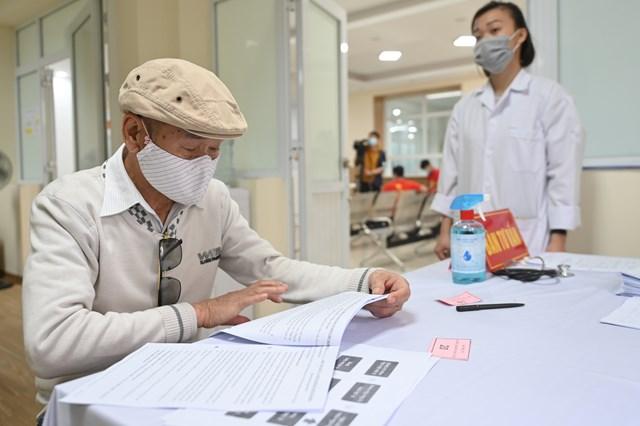 Cụ bà 71 tuổi một mình đi xe bus đến đăng ký tiêm thử vaccine Covid-19 - Ảnh 2