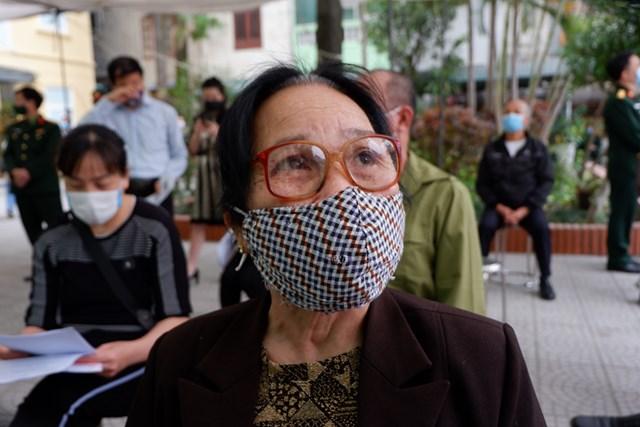 Bà N.T.K., 71 tuổi, sống tại Hà Nội một mình đi xe bus đến địa điểm đăng kí thử nghiệm.
