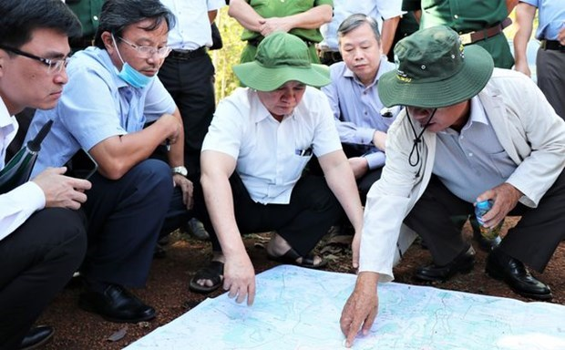 Bí thư tỉnh ủy Bình Phước Nguyễn Văn Lợi (giữa) cùng lãnh đạo các sở, ngành khảo sát vị trí để lập dự án sân bay Técníc Hớn Quản ngày 19/2 vừa qua. (Nguồn: thanhnien.vn).