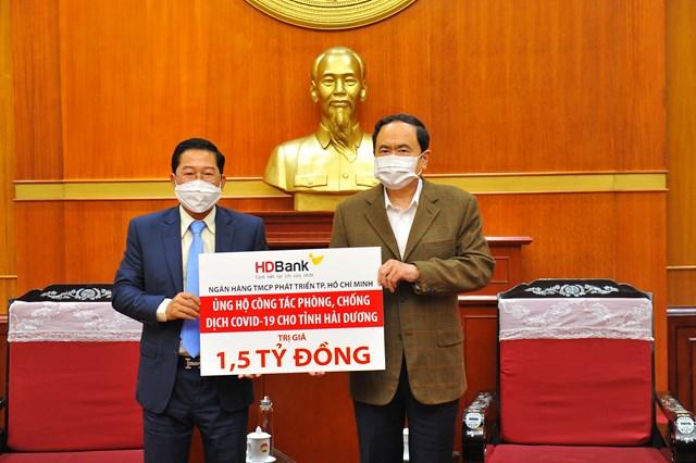 Ủy viên Bộ Chính trị, Chủ tịch UBTƯ MTTQ Việt Nam Trần Thanh Mẫn tiếp nhận ủng hộ 1,5 tỷ đồng từ Ngân hàng HDBank.