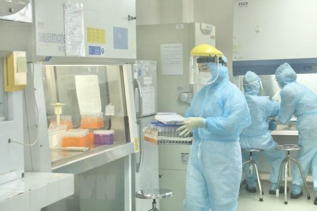 Nhân viên CDC Hà Nội làm xét nghiệm Covid-19. (Ảnh: Minh Quyết/TTXVN).