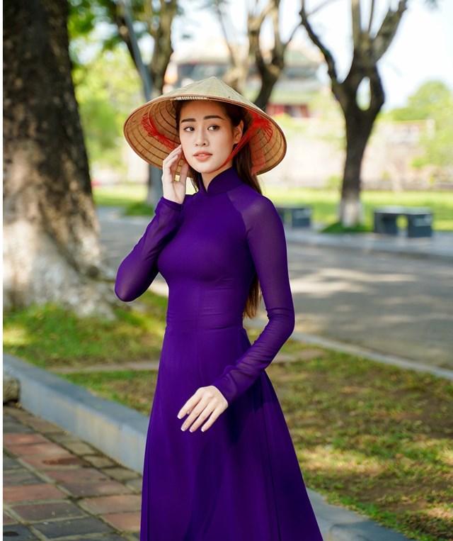 Hoa hậu Khánh Vân đẹp dịu dàng trong tà áo tím mộng mơ. Nguồn: TTXVN.