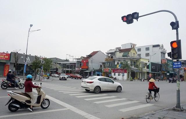 Tấm biển được lắp nhằm giải quyết tình trạng ùn tắc nhưng khiến giao thông trở nên lộn xộn hơn...