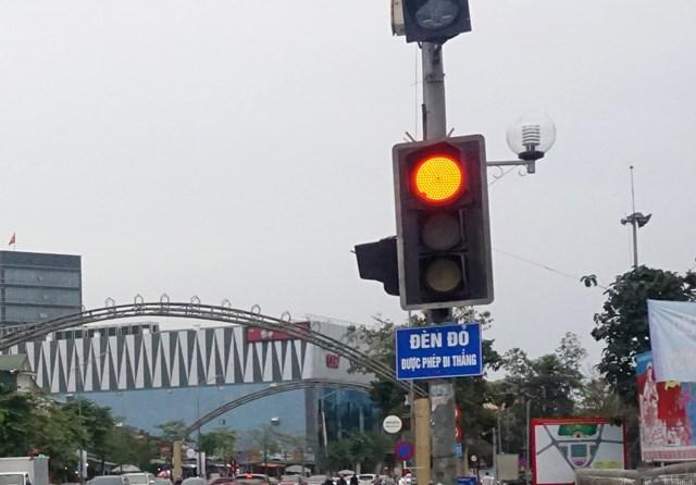 """Tấm biển """"đèn đỏ được phép đi thẳng"""" lắp dưới cụm tín hiệu giao thông giao nhau giữa đường Hồ Tùng Mậu và Nguyễn Văn Cừ (TP Vinh, Nghệ An)."""