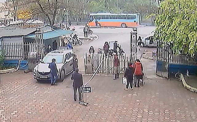 Hình ảnh chiếc ô tô lao thẳng vào bệnh viện bất chấp sự ngăn cản.