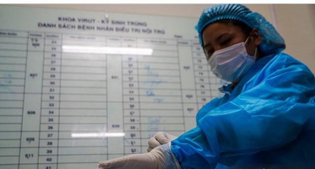Nhân viên Bệnh viện Bệnh Nhiệt đới trung ương chuẩn bị cho ngày tiêm vaccine Covid-19 của AstraZeneca. Ảnh: Giang Quang.