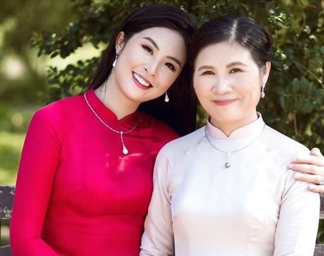 Hoa hậu Ngọc Hân và mẹ.