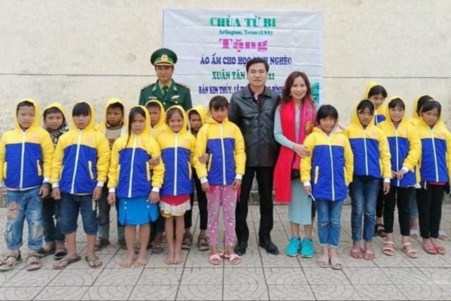 Thầy Tình cùng đơn vị thiện nguyện trao tặng áo ấm cho học sinh Vân Kiều.