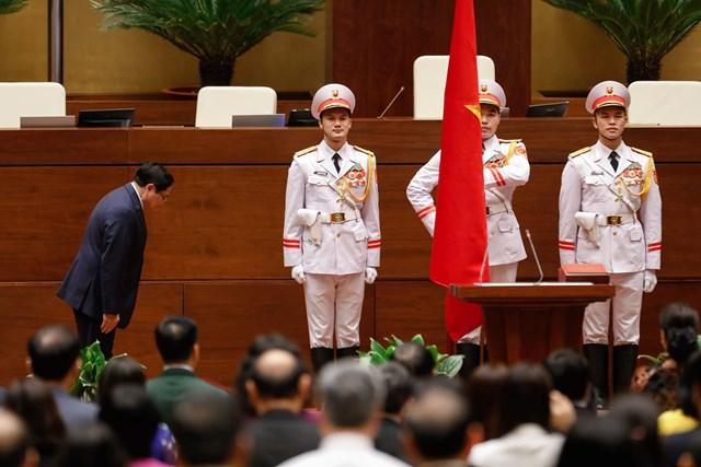 Thủ tướng Chính phủ Phạm Minh Chính chuẩn bị đọc lời tuyên thệ nhậm chức. Ảnh: Quang Vinh.