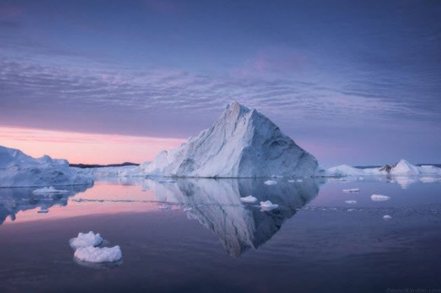 Những tảng băng trôi khổng lồ nổi bật với dãy núi nhấp nhô ở phía xa.