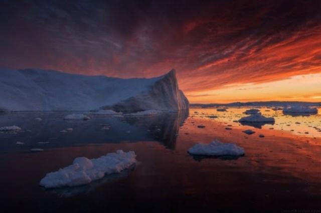 Màu trắng của các khối băng tương phản với nền trời màu cam.