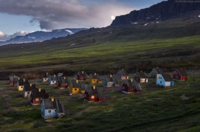 Phần lớn dân ở Greenland là người Eskimo. Họ sinh sống trong những ngôi nhà nhỏ trên thảo nguyên rộng lớn.