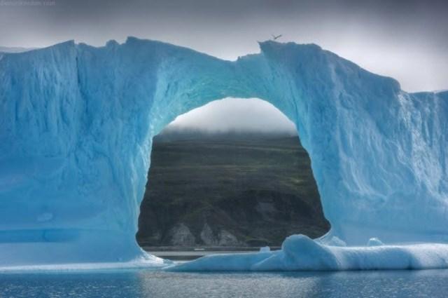 Tảng băng trống như cổng vòm khổng lồ dẫn du khách tới vùng đất lạnh giá ở Bắc Cực.