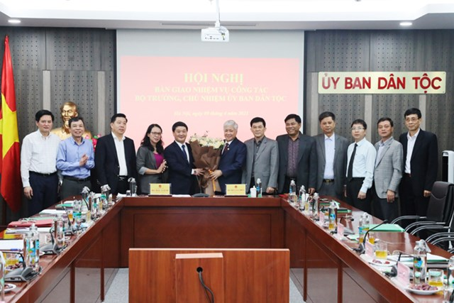 Các đại biểu chúc mừng ông Đỗ Văn Chiến và ông Hầu A Lềnh.