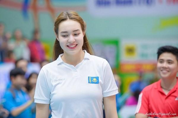 Dinara Syzdykova sinh năm 1999. Cô từng giành giải Hoa khôi ở giải bóng chuyền nữ VTV 2019. Trong quá khứ, cô từng giành giải Hoa khôi bóng chuyền VTV Bình Điền 2017.