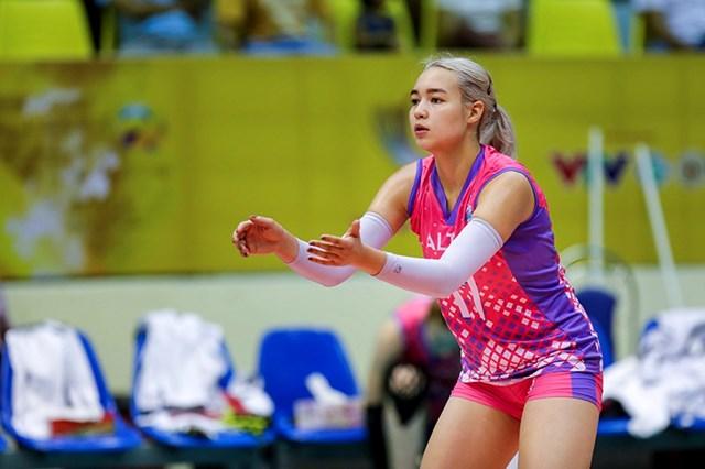 Dinara Syzdykova là phụ công đến từ CLB Altay của Kazakhstan. Cô cao 1,83 m và nặng 66 kg và là một trong những gương mặt nổi bật của bóng chuyền nữ Kazakhstan.