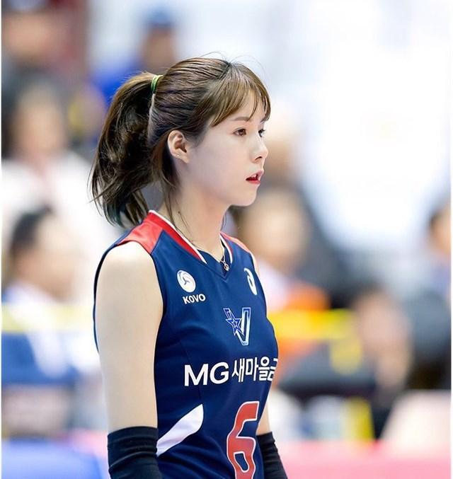 Tay chuyền hai của đội quốc gia Hàn Quốc sở hữu gương mặt giống như búp bê, với vẻ ngây thơ, trong sáng.