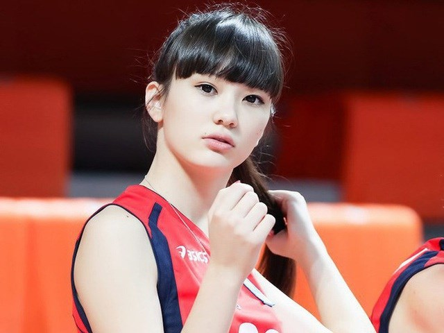 Nhắc tới sắc đẹp trong làng bóng chuyền, không thể không kể tới Sabina Altynbekova của Kazakhstan. Cô luôn biết cách đốt cháy mọi ánh nhìn khi có mặt trên sân.