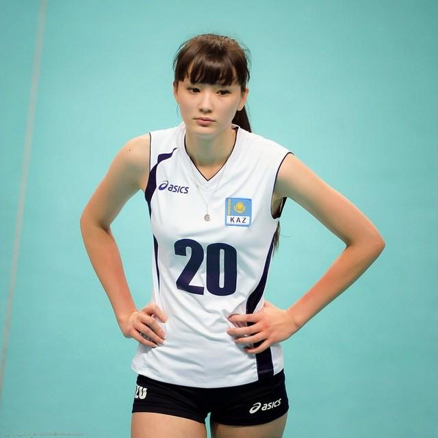 Tuy nhiên, cũng bởi vì nhan sắc quá xinh đẹp đã khiến cho Sabina Altynbekova gặp nhiều rắc rối. Đặc biệt, trong nội bộ đội bóng chuyền nữ Kazakhstan có nhiều thành viên không ưa cô. Nguyên nhân bởi họ cảm thấy Sabina Altynbekova là