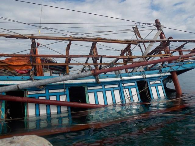 Một tàu cá Quảng Nam bị chìm xuống nước. (Ảnh minh họa).
