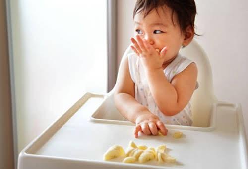 Theo khuyến nghị chỉ nên cho ăn rau quả khi bé đã bước vào thời kỳ ăn dặm.