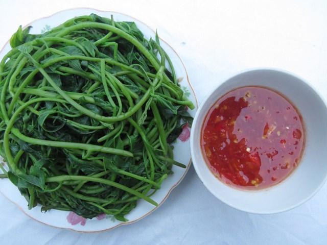 Ngọn khoai lang luộc chấm sốt cà chua – món ăn tốt cho người đái tháo đường.