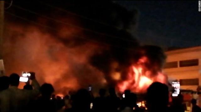 Ngọn lửa dữ dội khiến nhiều bệnh nhân mắc kẹt trong khu điều trị Covid-19 và các đội cứu hộ đang chật vật tiếp cận họ. Ảnh: CNN.