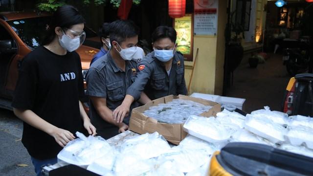 Trung bình mỗi ngày có từ 500 - 600 suất cơm (mỗi suất 25.000 đồng) sẽ được trao tặng. Những ngày tới, số lượng suất ăn sẽ tăng lên 1.000 suất/ngày. Các suất cơm được đóng hộp cẩn thận và được CLB xe Bán tải địa hình Việt Nam; các tình nguyện viên Thủ đô, các nghệ sĩ tham gia gửi tặng trực tiếp đến tay người nhận.