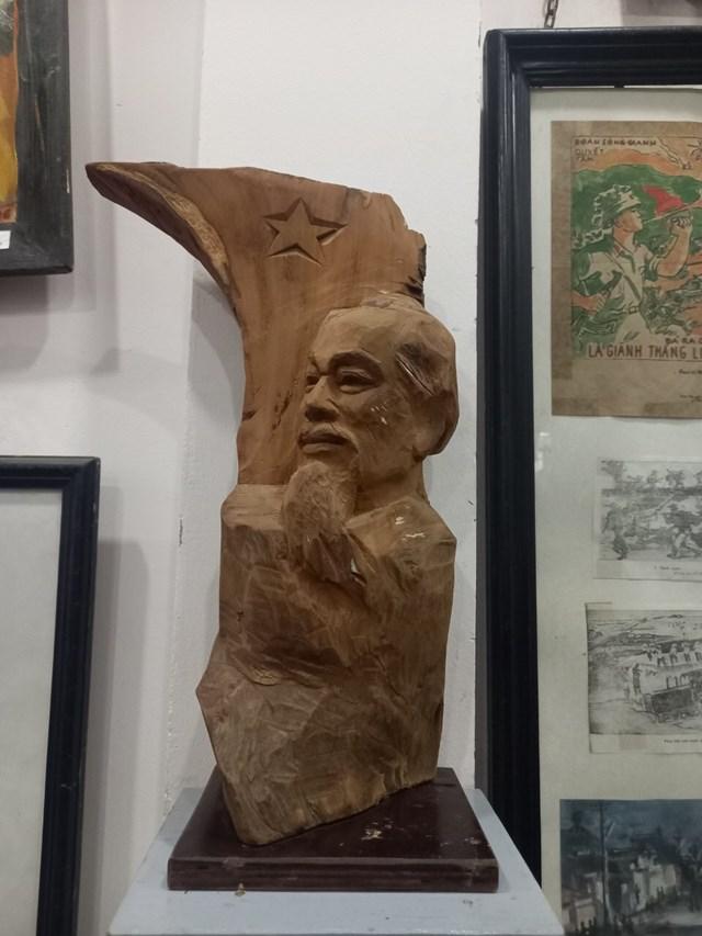 Tượng Hồ Chủ tịch do Lê Duy Ứng thể hiện.