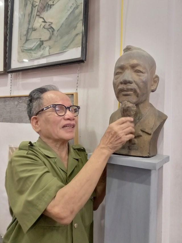 Lê Duy Ứng điêu khắc tượng cha - họa sĩ nhà báo Lê Yến.