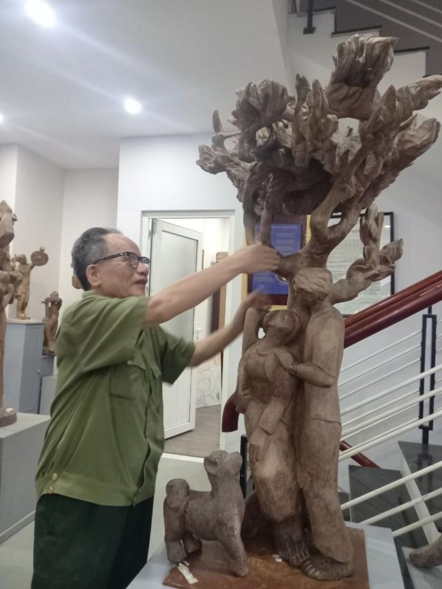 """Tượng gỗ """"Ngày mai anh lên đường"""" của họa sĩ Lê Duy Ứng."""