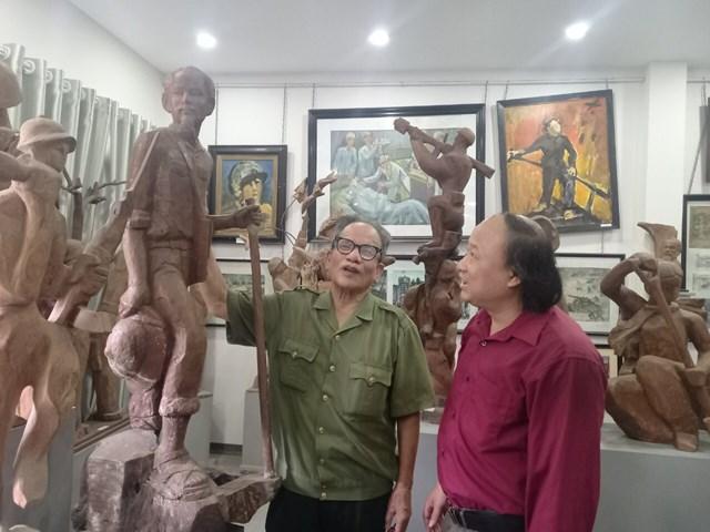 """Họa sĩ Lê Duy Ứng và tác giả bên cạnh bức tượng """"Bác Hồ đi chiến dịch""""."""