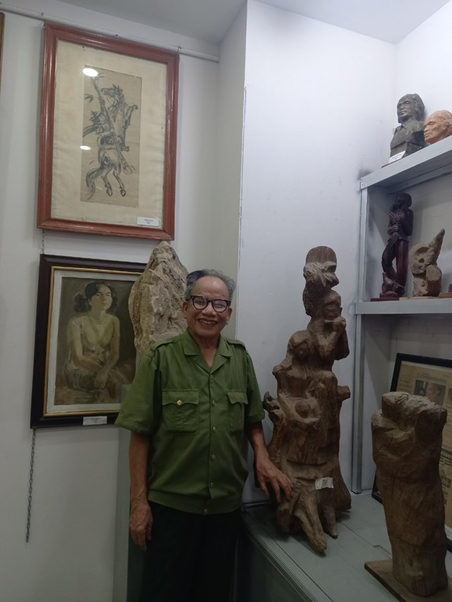 Một góc trưng bày tranh và tượng về người vợ thân yêu của họa sĩ Lê Duy ứng.