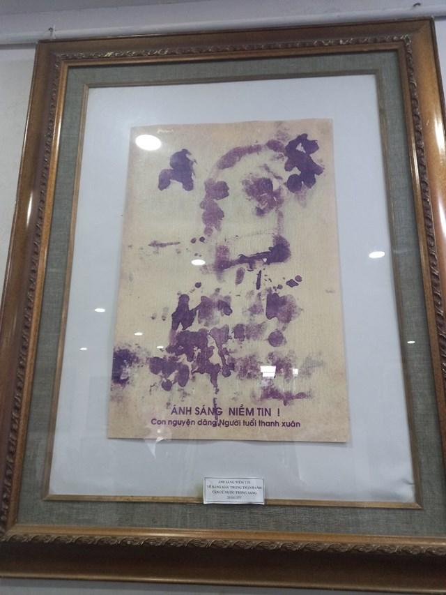 Phiên bản bức huyết họa Lê Duy Ứng vẽ ngay trên tháp xe tăng khi bị thương, hai mắt bị hỏng.