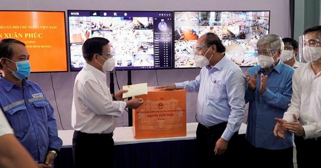 Chủ tịch nước Nguyễn Xuân Phúc thăm hỏi, động viên đội ngũ y tế tạibệnh viện dã chiến.Ảnh: Thanh Niên.