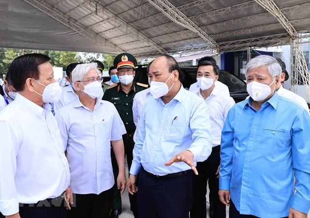 Chủ tịch nước Nguyễn Xuân Phúc động viên đội ngũ cán bộ, nhân viên y tế.(Ảnh: Thống Nhất/TTXVN).
