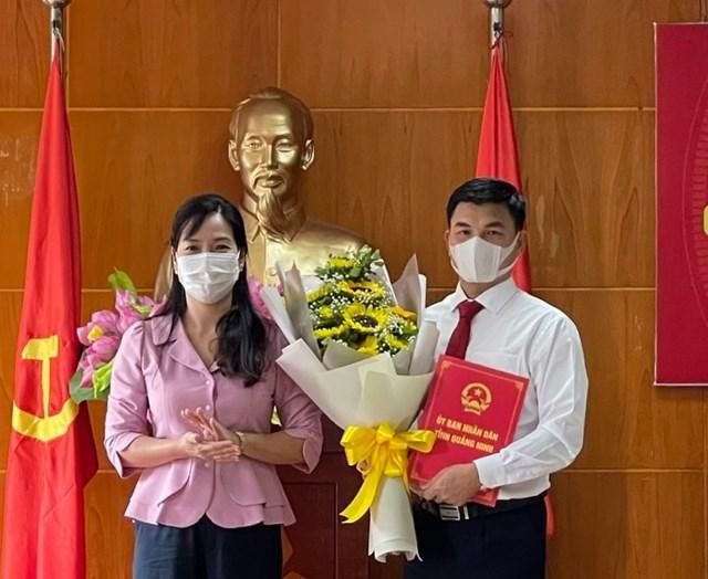 Bà Nguyễn Thị Hạnh, Phó Chủ tịch UBND tỉnh, trao quyết định của UBND tỉnh cho ông Nguyễn Mạnh Hà. Ảnh: BQN.
