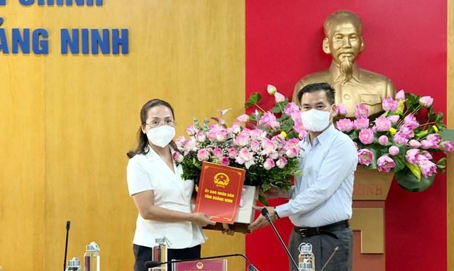 Ông Bùi Văn Khắng, Phó Chủ tịch UBND tỉnh, trao quyết định của UBND tỉnh cho bà Hà Thị Thanh Lê. Ảnh: BQN.