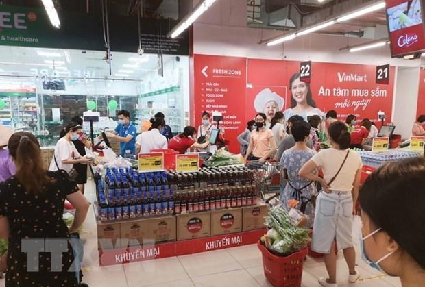 Người dân đi mua sắm tại siêu thị VinMart-Times City sáng 24/7 vừa qua. Ảnh: Thanh Tùng/TTXVN.
