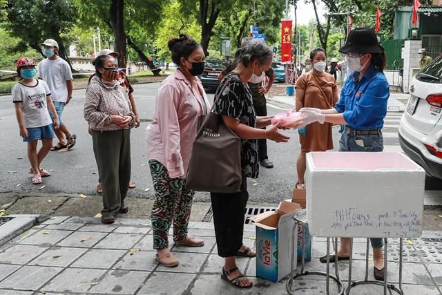 Cơm cho người nghèo trong đại dịch - Ảnh 1