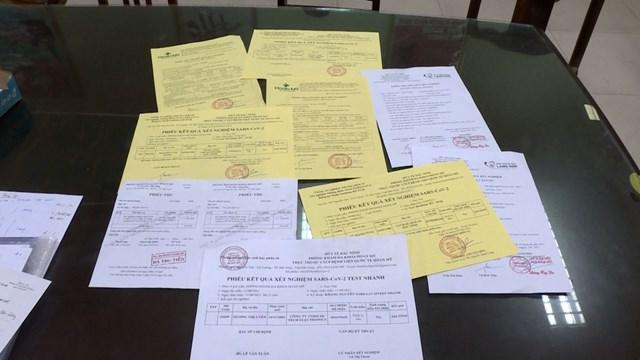 """Một nam thanh niên dùng giấy đi đường giả để """"thông chốt"""" kiểm dịch ở quận Thanh Xuân, Hà Nội. Ảnh: H.Phong."""
