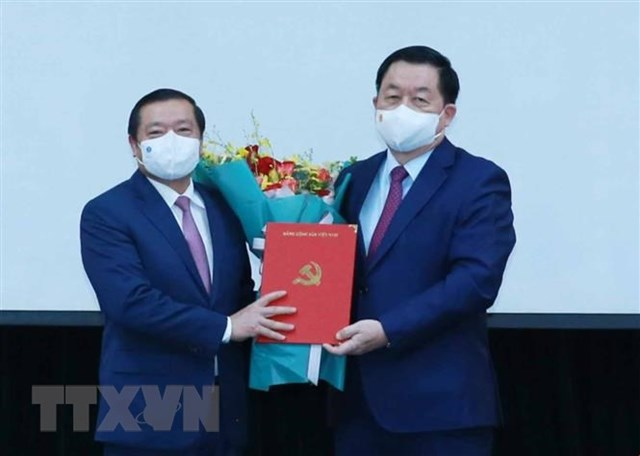 Ông Nguyễn Trọng Nghĩa, Bí thư Trung ương Đảng, Trưởng ban Tuyên giáo Trung ương trao Quyết định Phó Trưởng ban Tuyên giáo Trung ương cho ông Lại Xuân Môn. Ảnh: TTXVN.