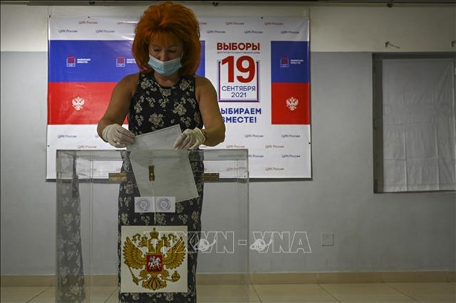 Công dân Nga bỏ phiếu tại một hòm phiếu đặt tại Trung tâm Khoa học và Nghệ thuật Nga ở Chennai, Ấn Độ, ngày 19/9/2021. Ảnh: AFP/TTXVN.