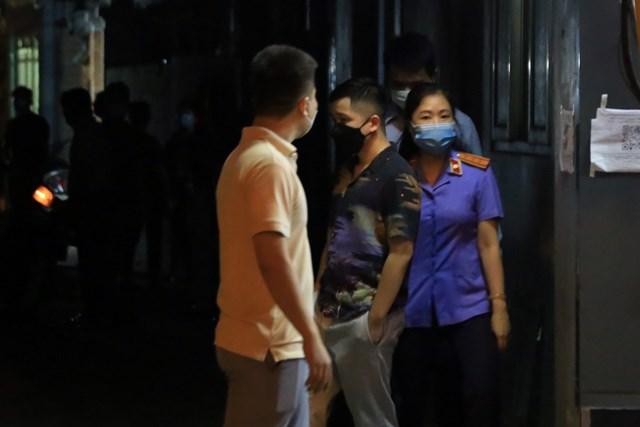 Lực lượng chức năng có mặt tại đầu ngõ nhà ông Lê. Ảnh: Dân Trí.