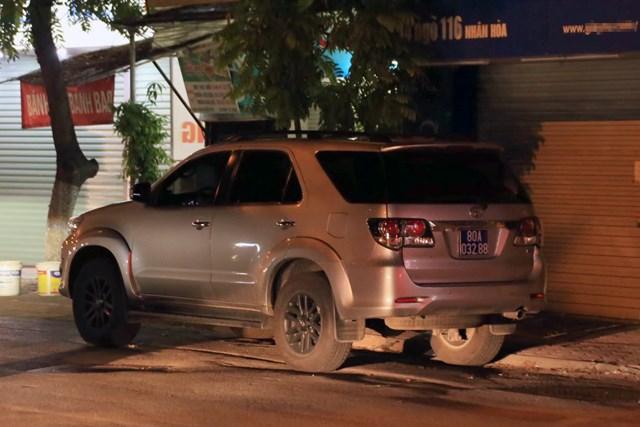 Xe ô tô của lực lượng chức năng đỗ trong ngõ nhà ông Phùng Anh Lê. Ảnh: Dân Trí.