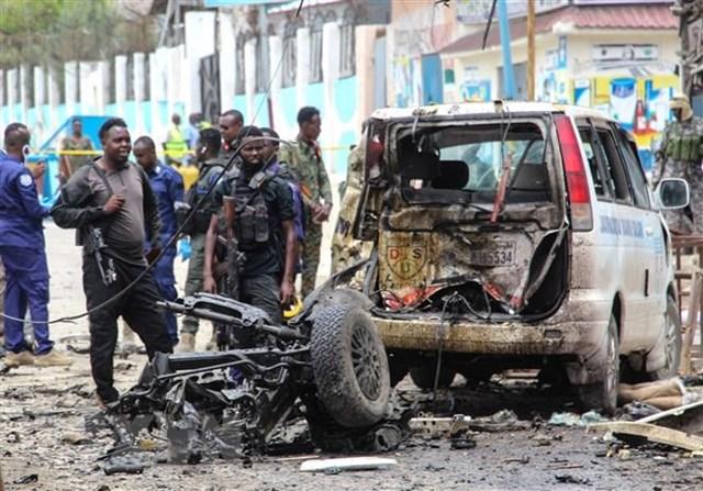 Lực lượng an ninh gác tại hiện trường vụ đánh bom liều chết ở Mogadishu, Somalia, ngày 25/9/2021. (Ảnh: AFP/TTXVN).