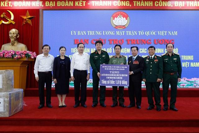 Thông qua UBTƯ MTTQ Việt Nam, Anh hùng lao động Lê Văn Kiểm trao hỗ trợ cho 36 gia đình cán bộ, chiến sỹ hy sinh tại tỉnh Thừa Thiên Huế và Quảng Trị.