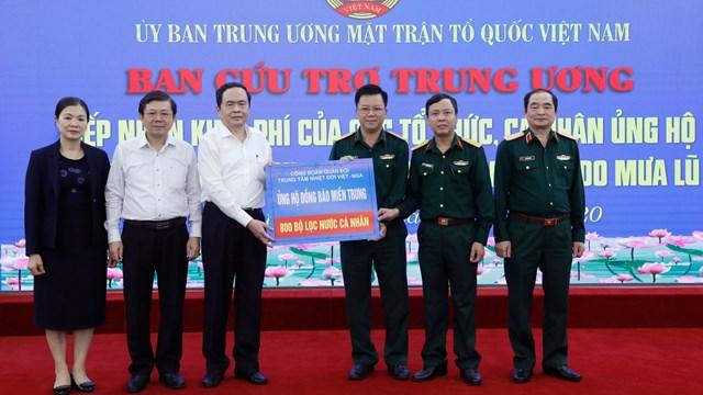Chủ tịch Trần Thanh Mẫntiếp nhận ủng hộ từCông đoàn Trung tâm Nhiệt đới Việt - Nga.Ảnh: Quang Vinh.