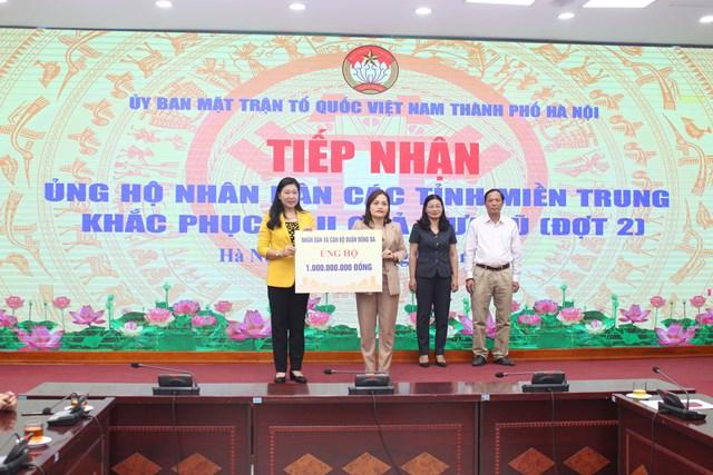 Bà Nguyễn Lan Hương, Chủ tịch Ủy ban MTTQ Việt Nam thành phố Hà Nội tiếp nhân ủng hộ.