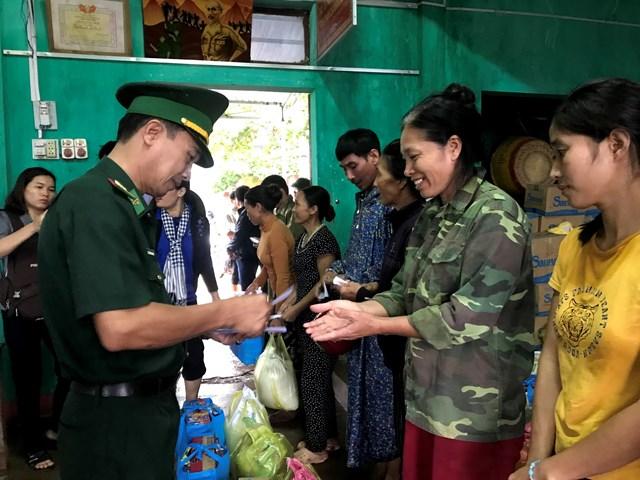 Đại tá Nguyễn Hồng Dũng, Phó Chỉ huy trưởng Bộ chỉ huy Bộ đội biên phòng TP HCM tặng quà cho người dân.